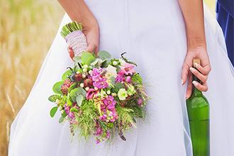 Svatební kytice ve fialovo-růžové barvě. Luční květy, trávy a eucalyptus. Svatební květiny Klára Uhlířová Brno