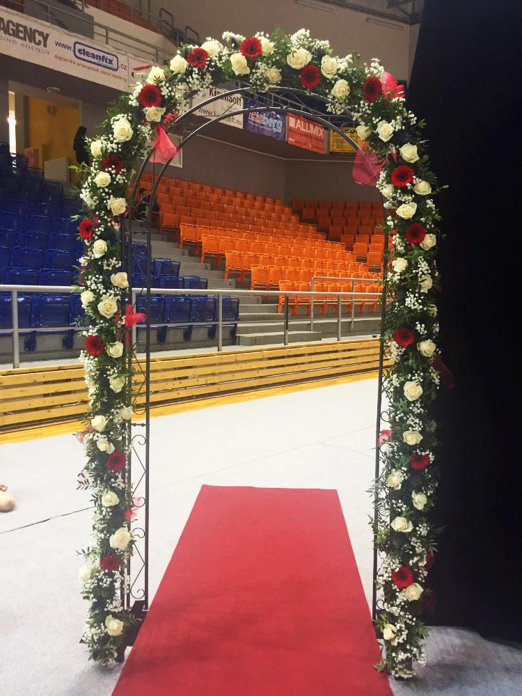 Květinová brána z růží, gerber a eryngea na Mistrovství světa v Estetické gymnastice Brno. Floristika Klára Uhlířová Brno