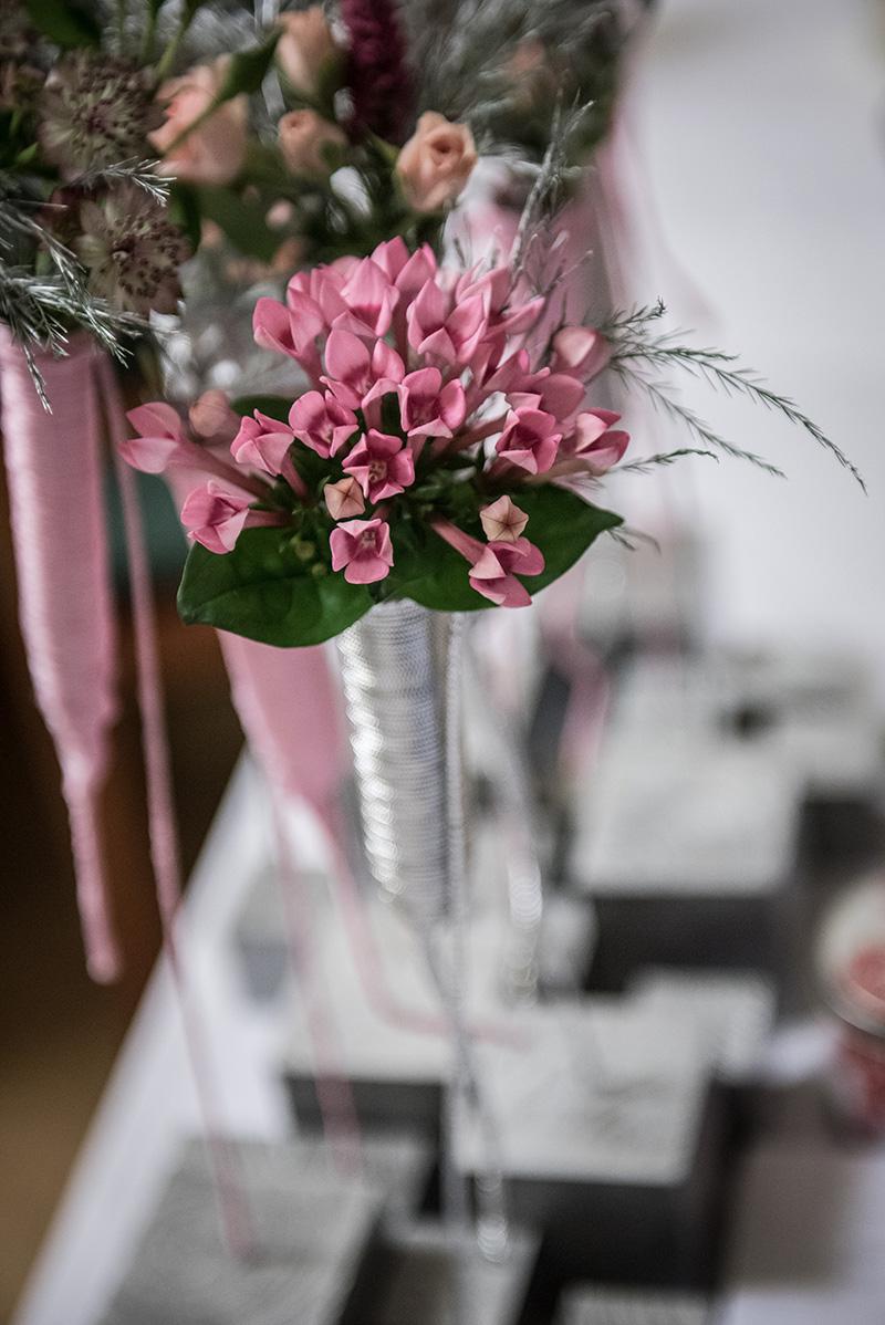 Květinová dekorace na dřevěných kostkách. Floristika Klára Uhlířová Brno
