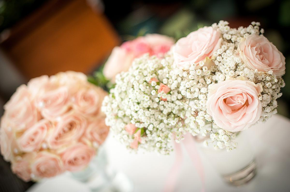 Detail na svatební květiny. Svatební kytice z růží a perel, kytice svědkyně z nevěstina závoje a růžových růží. Svatební floristika Klára Uhlířová Brno.
