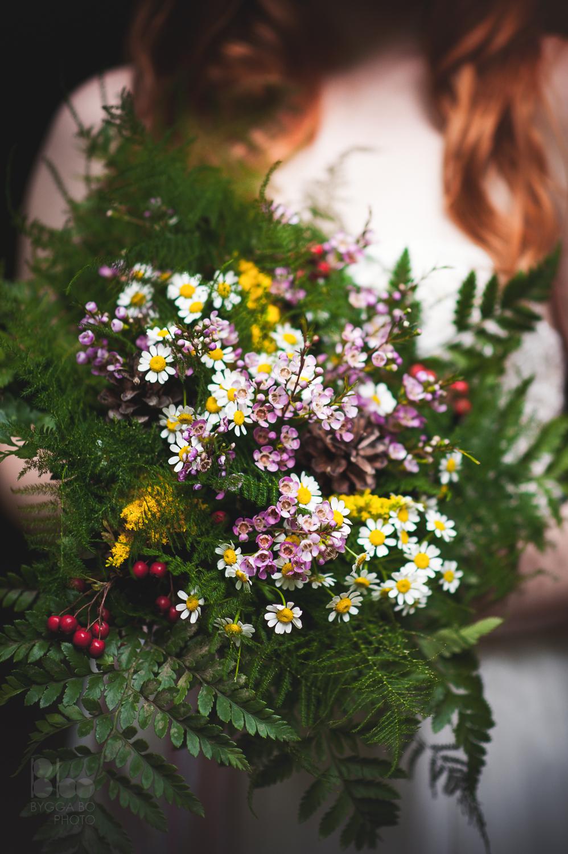 Svatební kytice pro svatbu v lese. Luční květiny a kapradí. Svatební floristika Klára Uhlířová