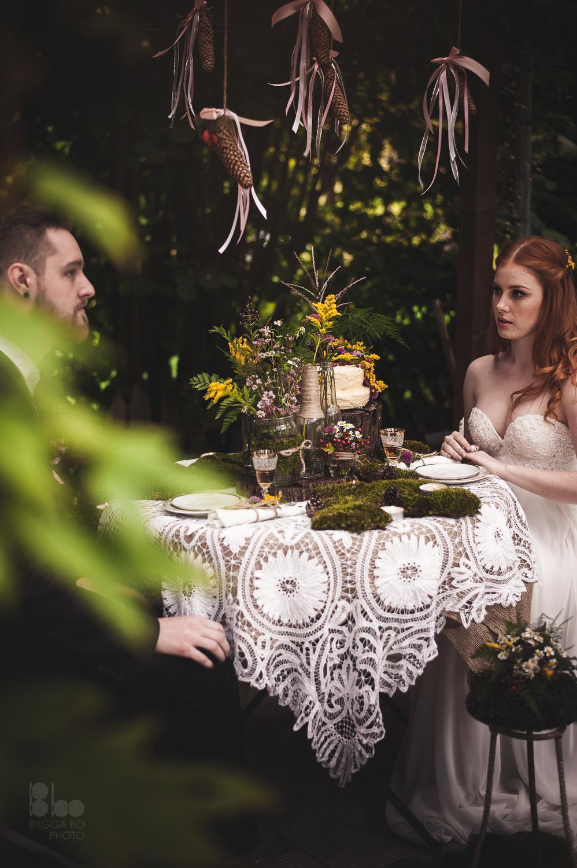Výzdoba slavnostní tabule novomželů. Romantická lesní svatba za použití lučních květin a mechu. Floristika Klára Uhlířová