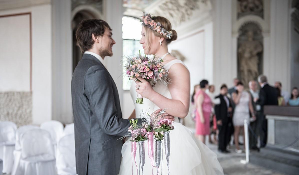 Kompletní květinová výzdoba. Kytice pro nevěstu, věneček do vlasů a výzdoba obřadu. Svatební floristika Klára Uhlířová Brno