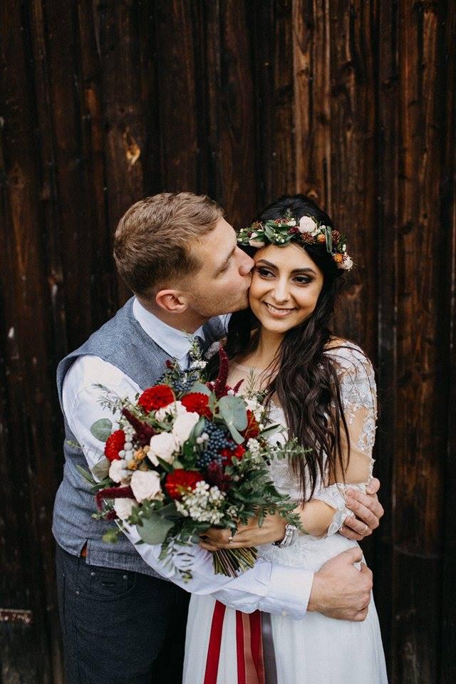 Svatební kytice a věneček na boho svatbu v odstínech bordó a modré. Svatební květiny Klára Uhlířová