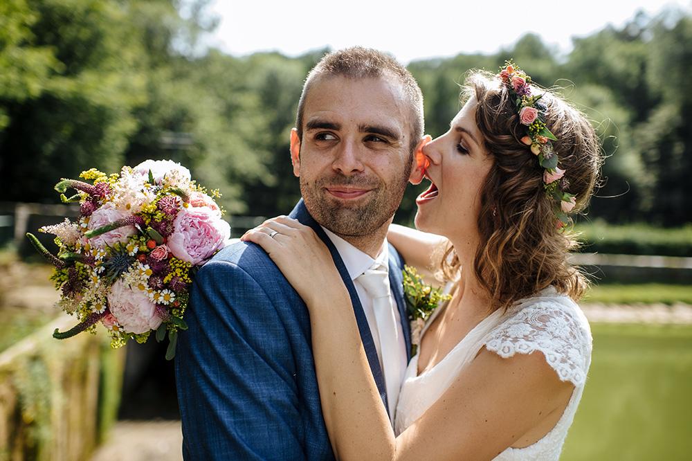 Svatební kytice z pivoněk a lučního kvítí a doplňující věneček ze stejných květin. Svatební květiny Klára Uhlířová.