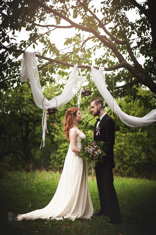 Romantický obřad na louce. Luční květiny a závěsné květinové kruhy. Floristika Klára Uhlířová