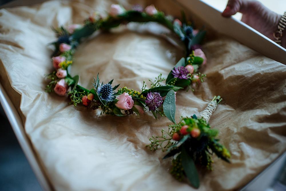 Věneček do vlasů z lučního kvítí a korsáž pro ženicha. Svatební květiny Klára Uhlířová Brno