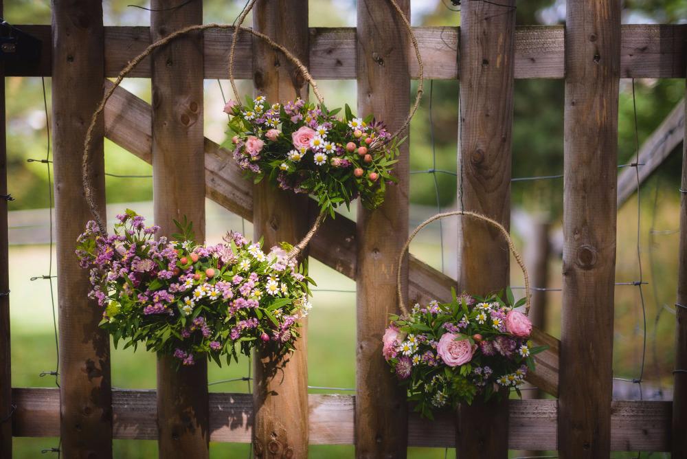 Květinové kruhy k zavěšení na místě obřadu. Svatební květiny Klára Uhlířová Brno