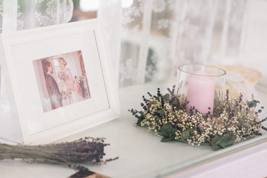 Dekorace ze sušené levandule, nevěstina závoje a statice se svíčkou uprostřed. Květinové dekroace interiérů - Klára Uhlířová Brno