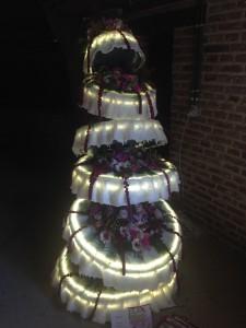 Nádmehrný nasvícený narozeninový dort, který byl součástí expozice Fleurarmour 2015-.