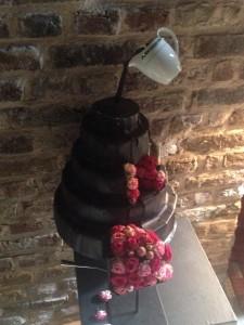 Čokoládový dort s květinami hrníčkem byl součástí expozice na hradě Alden Biesen v rámci Fleurarmour 2015.