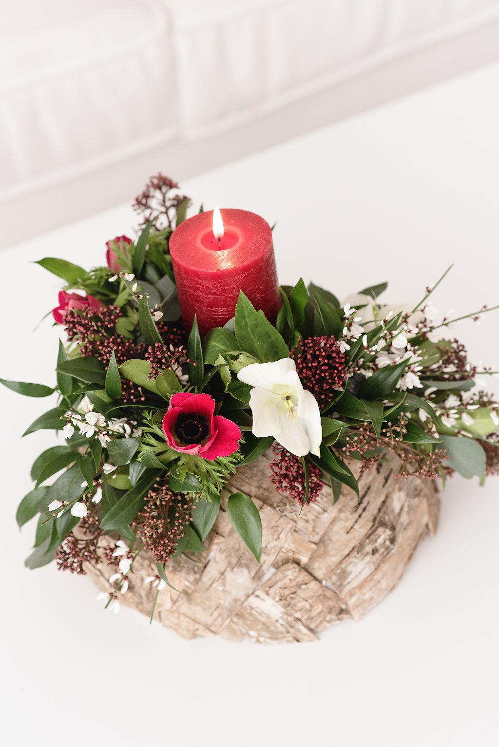 Moderní květinová dekorace se svíčkou