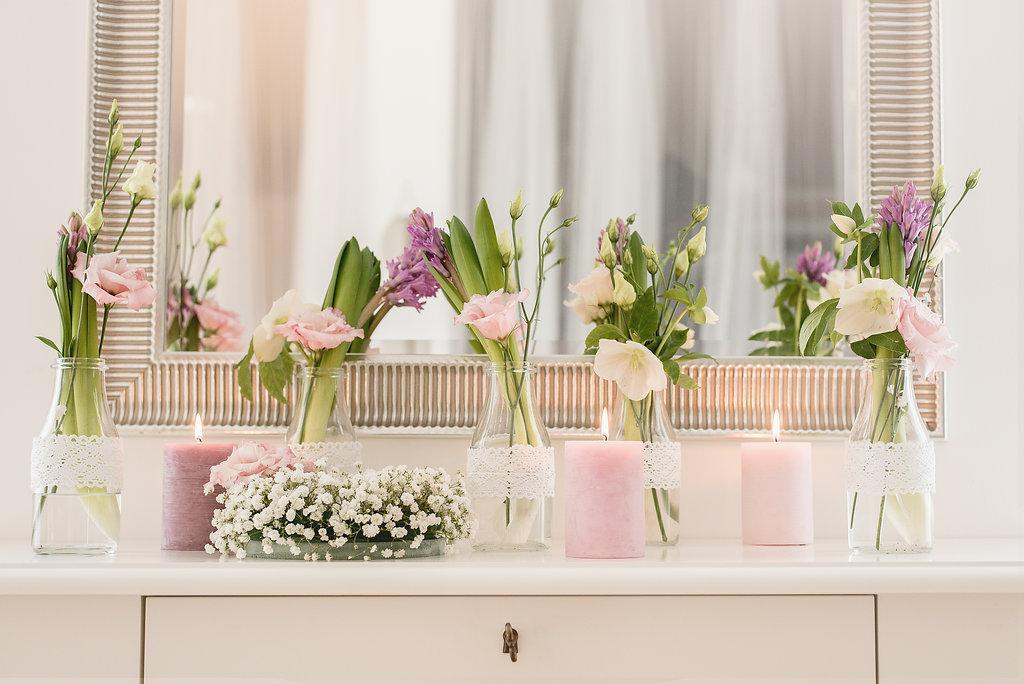 Květinová dekorace se svíčkami, hyacinetem a věncem z nevěstina závoje. Floristika Klára Uhlířová Brno