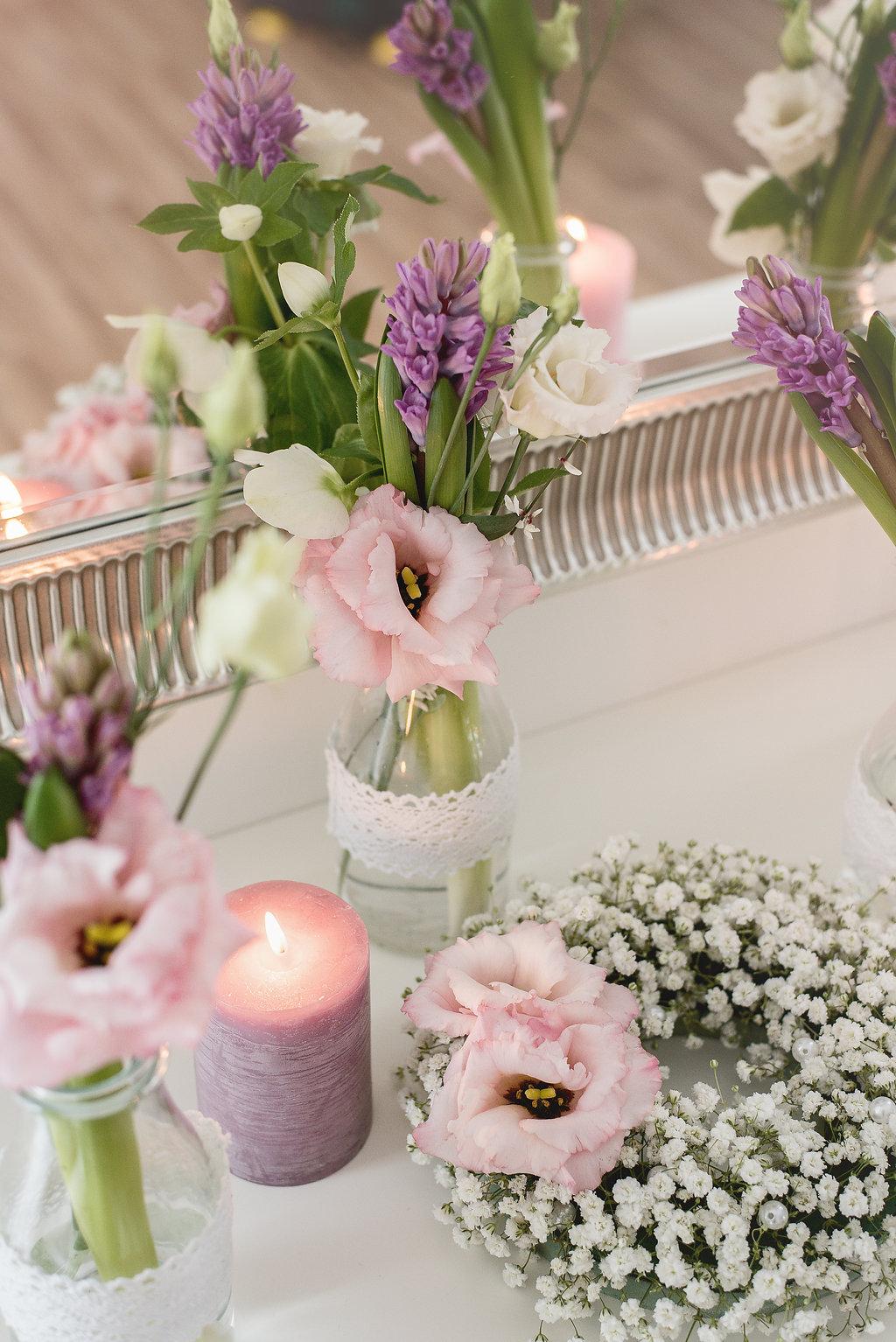 Květinová dekorace na stoly se svíčkami