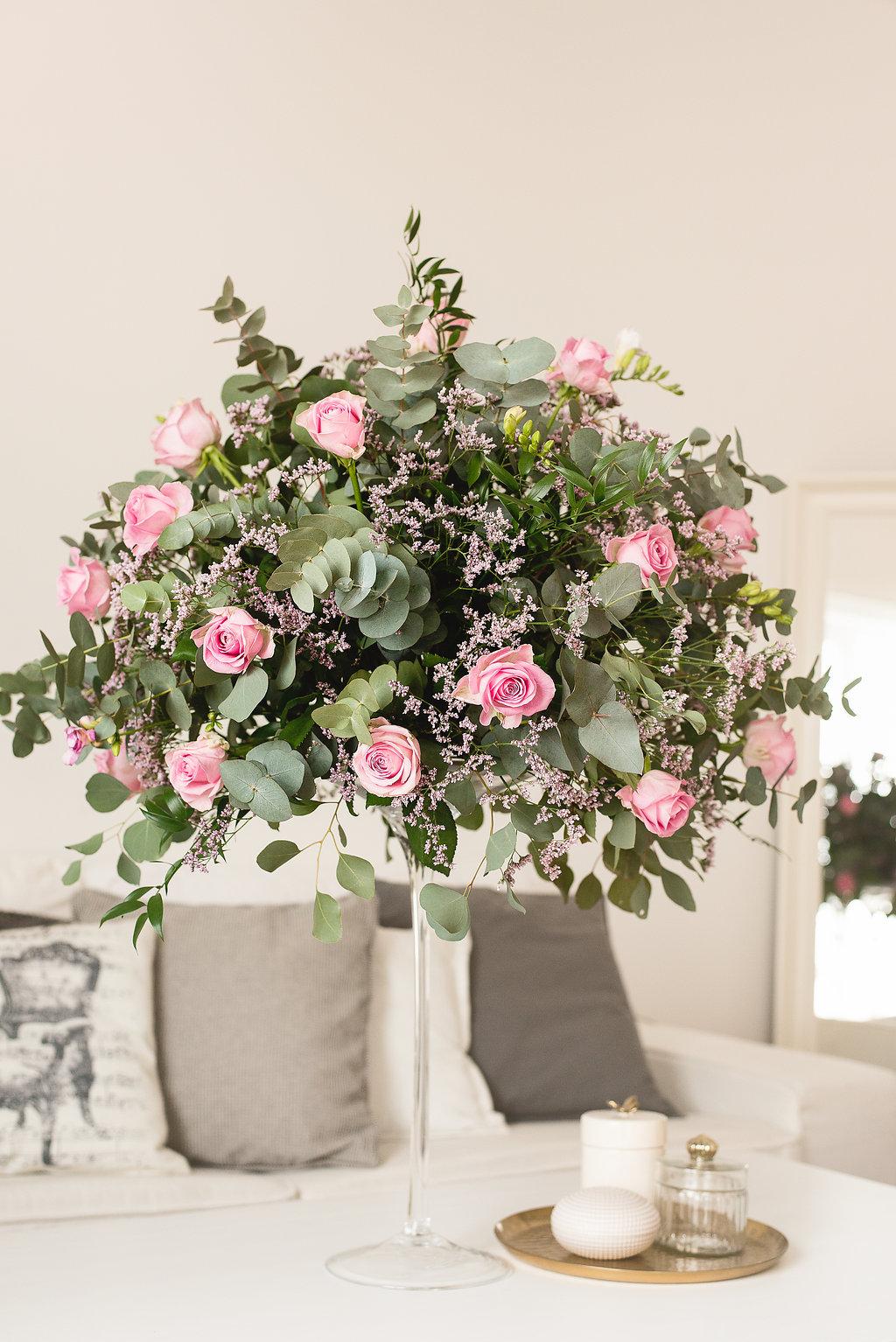 Květinová dekorace ve vysoké váze