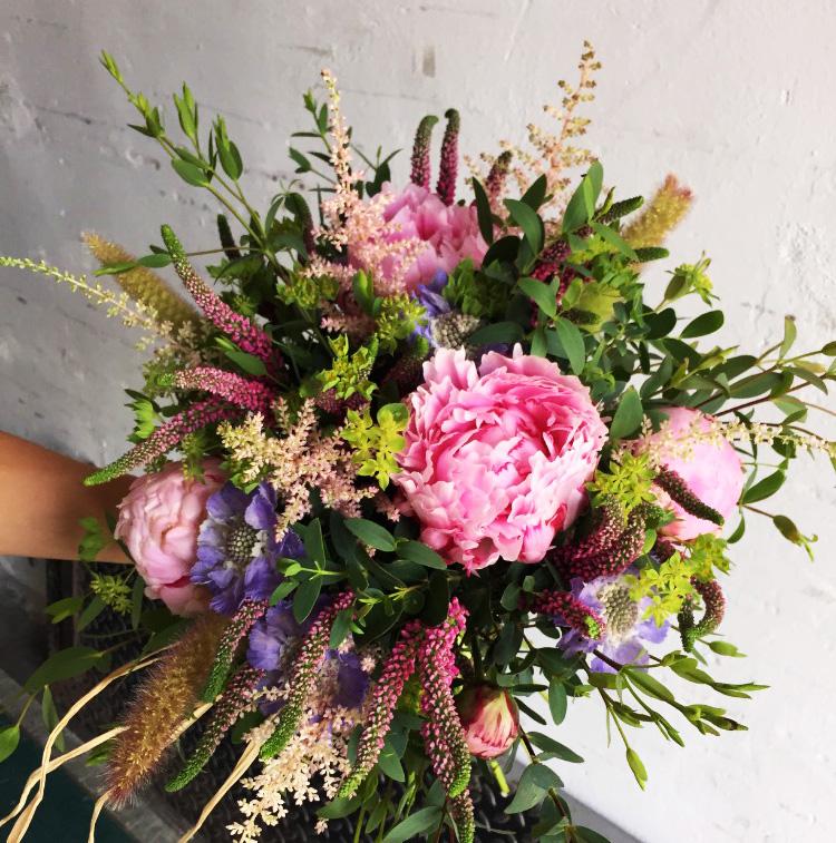 Letní dárková kytice z pivoněk a lučního kvítí. Floristika Klára Uhlířová Brno