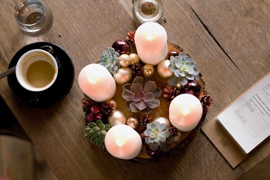 Adventní svícen na dřevěném polínku s živými sukulenty. Floristika Klára Uhlířová
