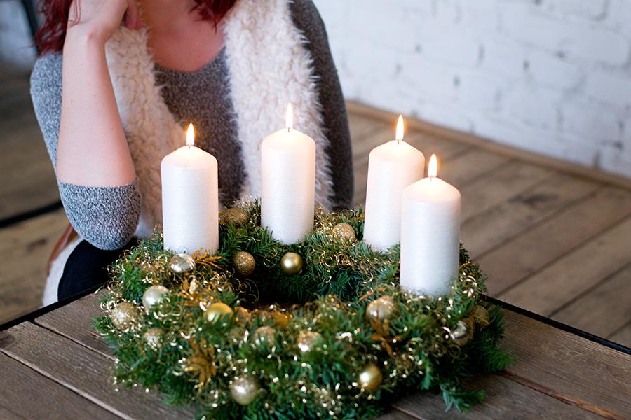 Zlatý adventní svícen s bílými svíčkami. Floristika Klára Uhlířová Brno