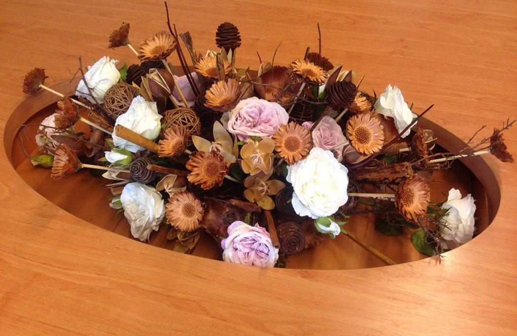 Květinová dekorace ze sušených květin a umělých růží. Dekorace na stůl v zasedací místnosti. Floristika Klára Uhlířová Brno.