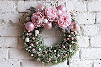 Vánoční věnec na dveře růžový