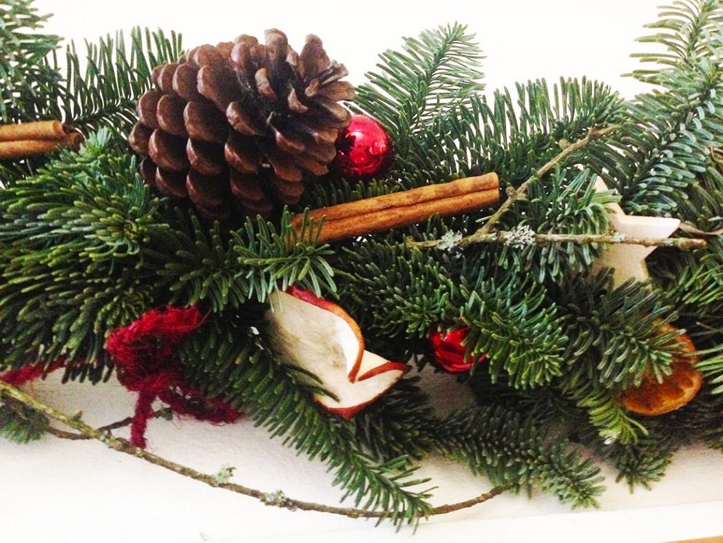 Část vánoční girlandy v přírodním stylu. Floristika Klára Uhlířová Brno