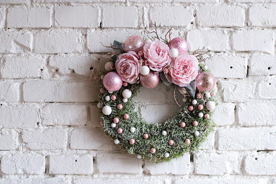Něžný růžový věnec na dveře. Floristika Klára Uhlířová Brno