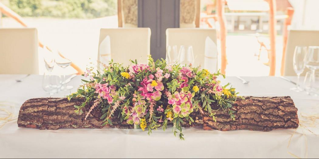 Květinová dekorace na stůl novomanželů. Luční květiny na dřevěné polínku. Svatební floristika Klára Uhlířová Brno