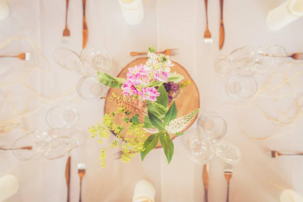 Květinová dekorace na stůl. Luční květiny ve vázách ozdobených krajkou, to vče na dřevěném špalíku. Svatební floristika Klára Ulířová Brno.