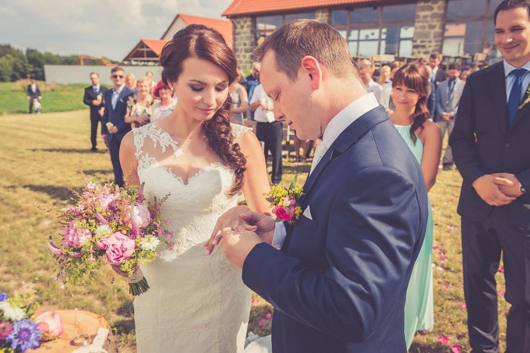 Svatební kytice a polínko na prstýnky. Svatební floristika Klára Uhlířová Brno