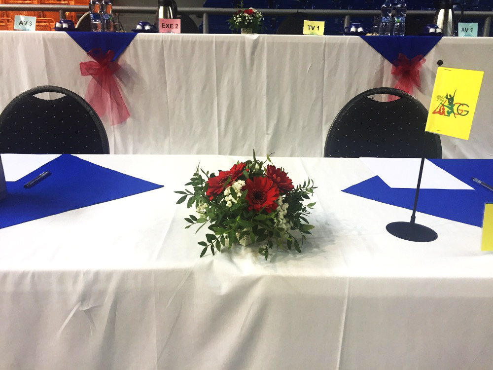 Květinová dekorace na stoly rozhodčích na Mistrovství světa v ESG. Floristika Klára Uhlířová Brno.