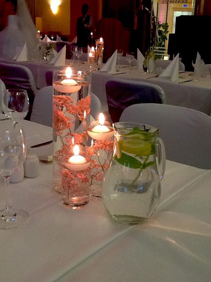 Květinová dekorace z plovoucích svíček a květin ponořených ve vysokých vázách. Floristika Klára Uhlířová Brno