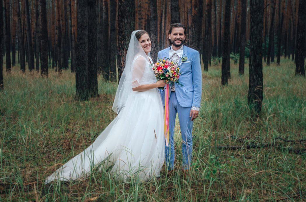 Barevná svatební kytice s dlouhými stuhami. Svatební květiny Klára Uhlířová