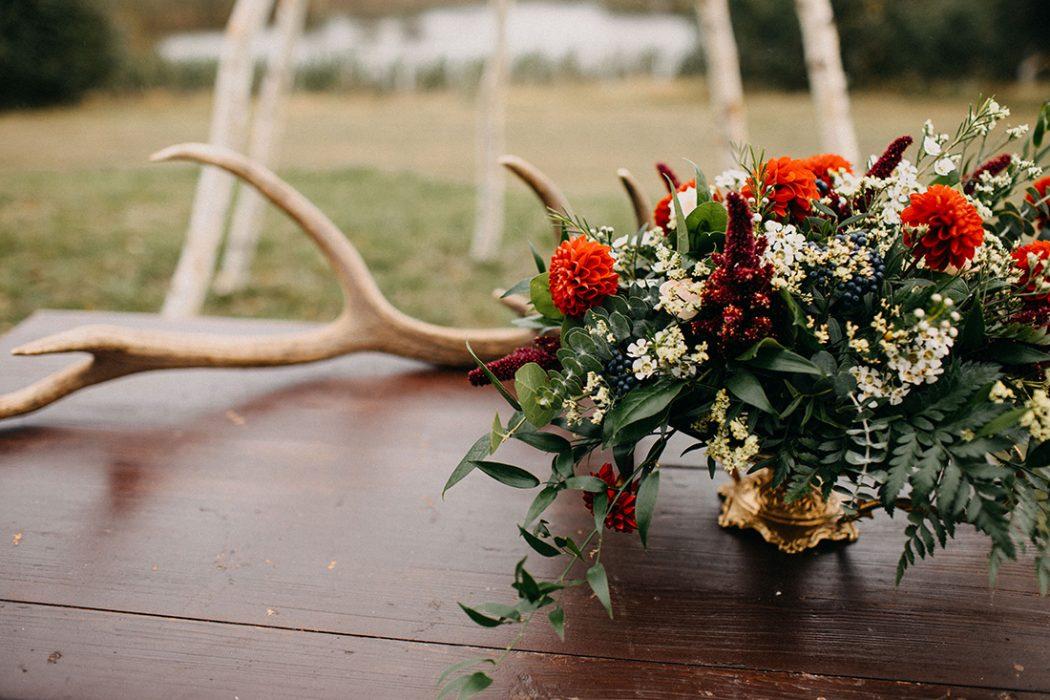 Dekorace na oddací stolek ve zlaté číši. Jiřiny, bobule a zeleň. Svatební květiny Klára Uhlířová