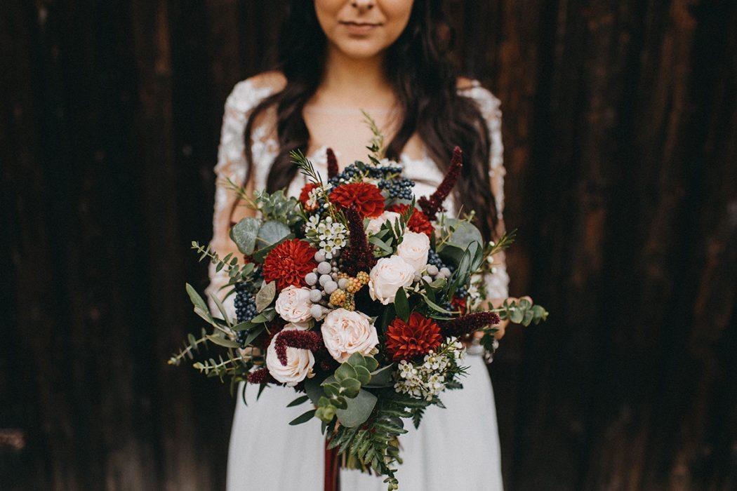 Boho svatební kytice z jiřin, ostružin, trsových růží, eucalyptu, olivy. Svatební květiny Klára Uhlířová.