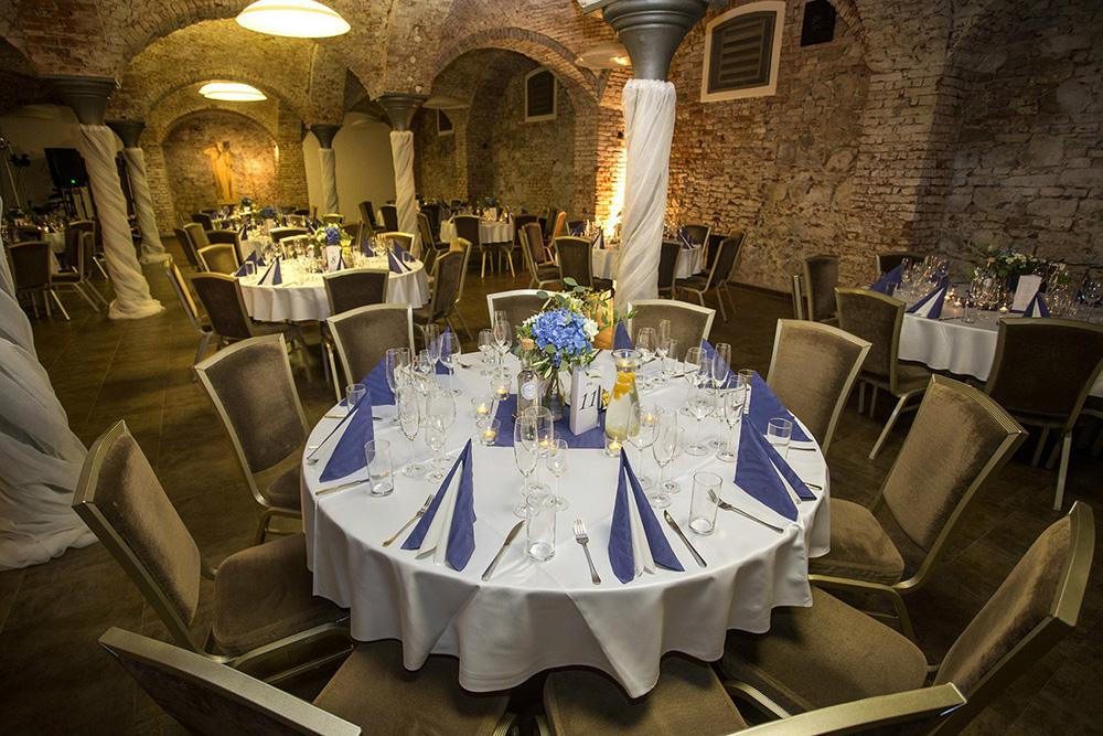 Květinová dekorace stolů. Modré hortenzie, eucalyptus a ruscus. Svatební květiny Klára Uhlířová Brno