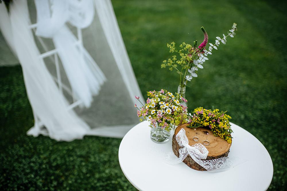 Květinový podnos na prstýnky z dřevěného špalíku a lučních květin. Svatební květiny Klára Uhlířová Brno