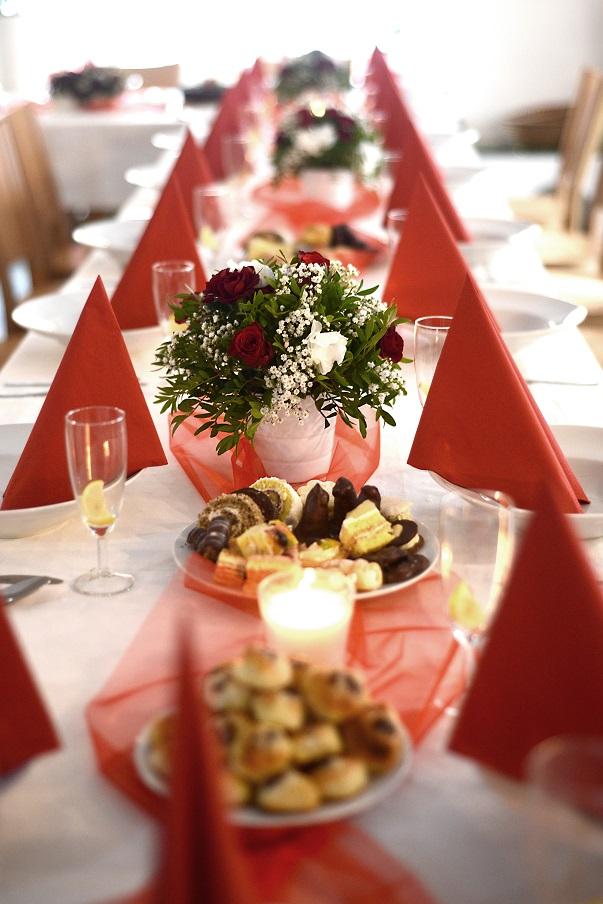 Dekorace na stoly z červených růží, nevěstina závoje a bílých hortenzií. Svatební floristika Klára Uhlířová Brno