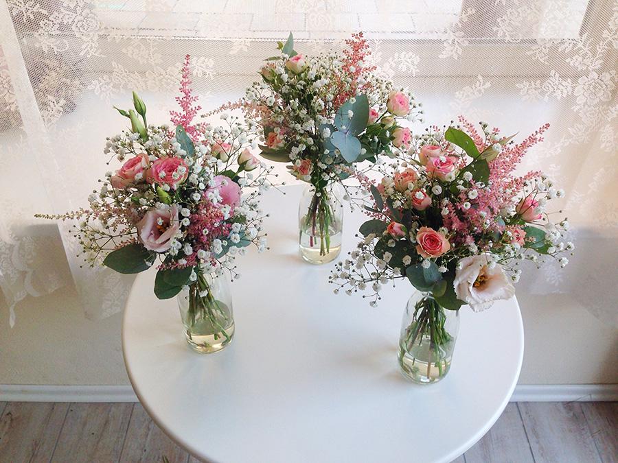 Květinové dekorace na stoly. Použité květiny: nevěstin závoj, astilbe, eustoma a trsové růže. Svatební květiny Klára Uhlířová