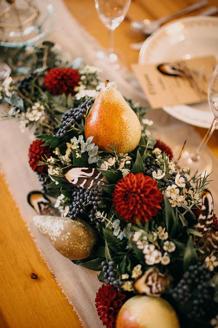 Dekorace na stůl novomanželů. Sezónní podzimní květiny s ovocem. Svatební květiny Klára Uhlířová
