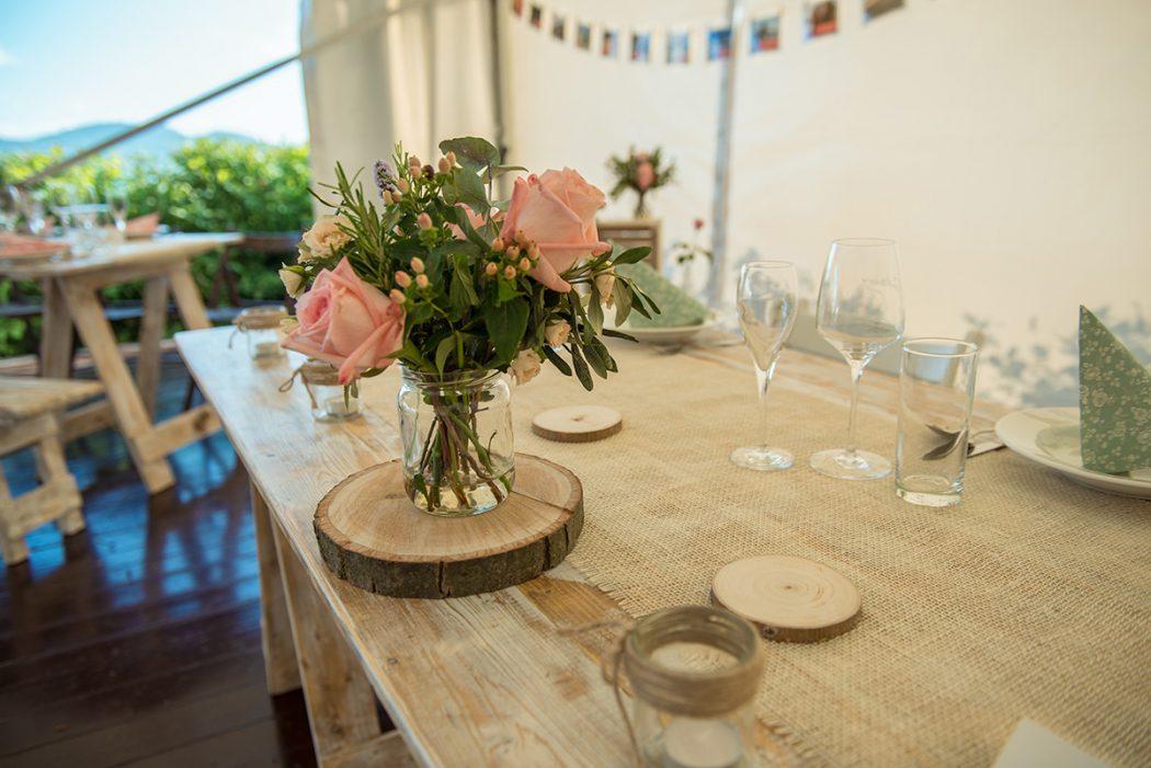 Květinová dekorace na stůl. Použité kvěitny jsou lososové růže a bylinky. Svatební květiny Klára Uhlířová.