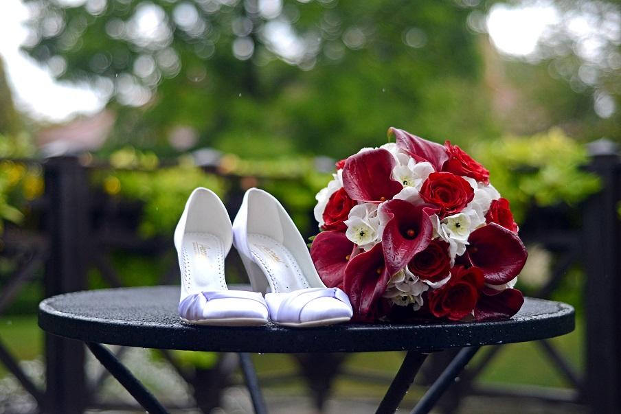 Svatební kytice z červených růží, červených kal, bílých hortenzií. Svatební floristika Klára Uhlířová Brno