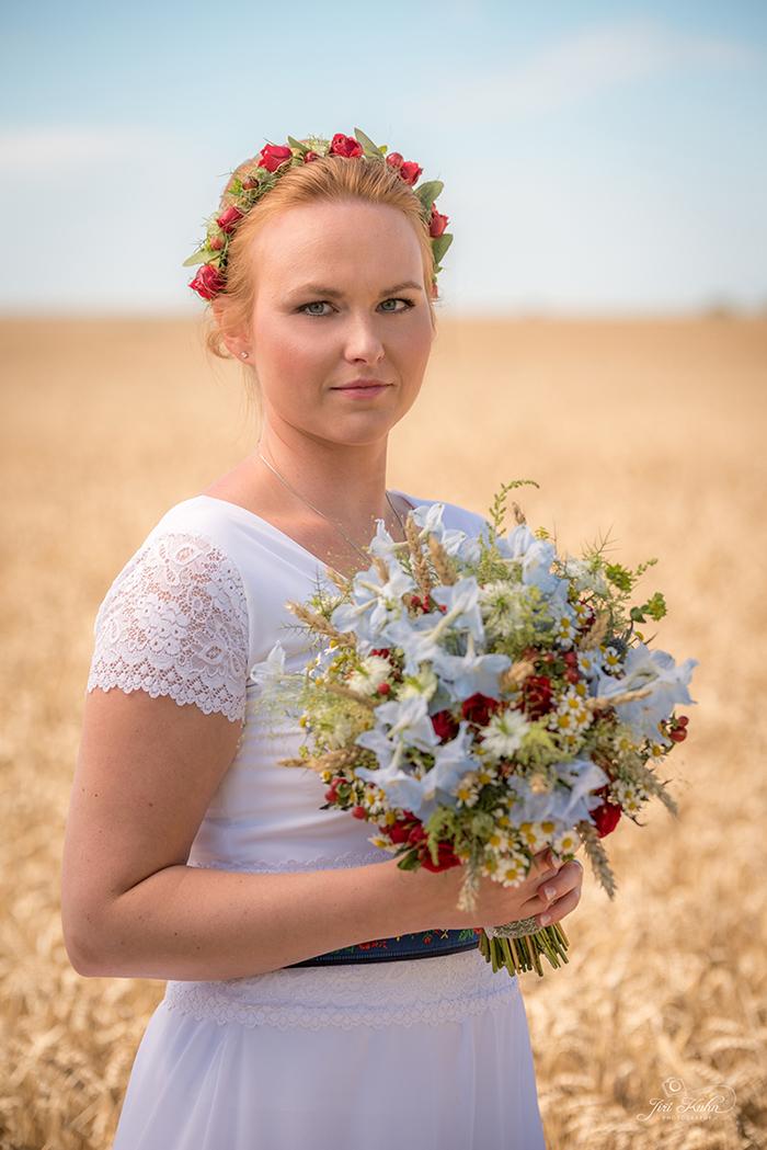 Folklórní svatební kytice v červené, modré a bílé barvě, dolpněná o obilí. Svatební květiny Klára Uhlířová Brno
