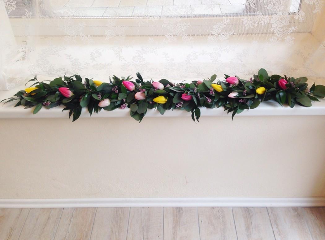 Girlanda na stůl novomaželů z tulipánů, ruscusu a statice. Svatební kyětiny Klára Uhlířová Brno.