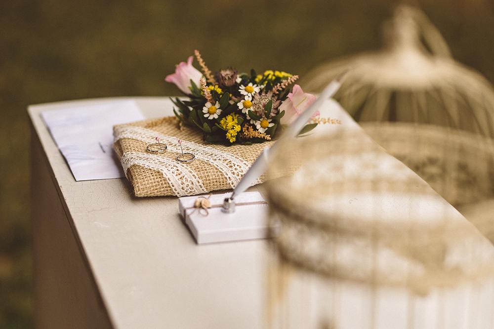 Jutový polštářek na prstýnky s květinovou ozdobou. Svatební květiny Klára Uhlířová.