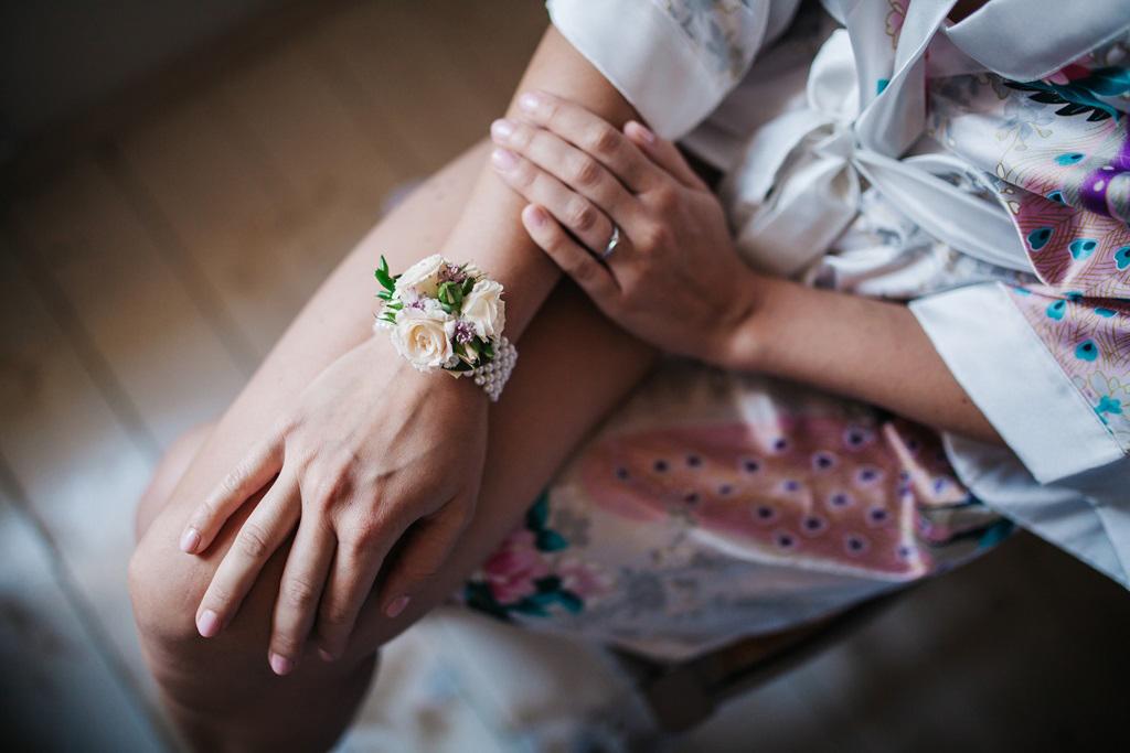 Květinový náramek na perličkách. Použité květiny: krémové trsové růže. Svatební květiny Klára Uhlířová