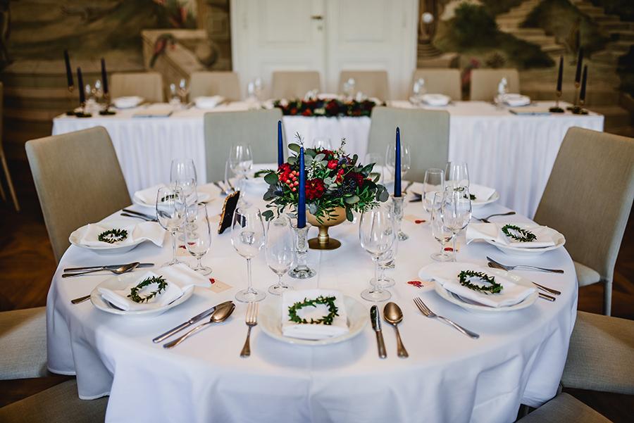 Květinová dekorace ve zlatých číších na kulaté stoly. Sezónní podzimní květiny. Svatební květiny Klára Uhlířová