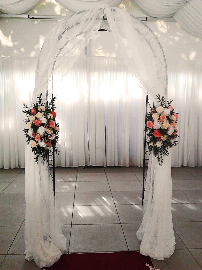 Květinová brána z lososových růží a bílých horzentií. Svatební floristika Klára Uhlířová Brno