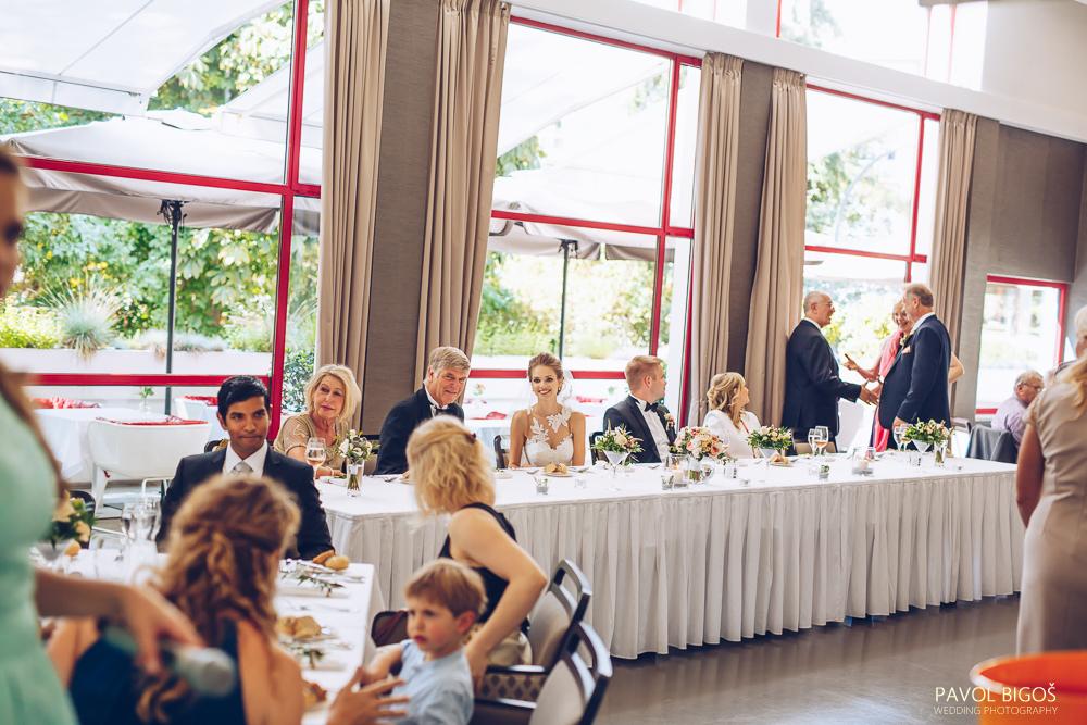 Květinová výzdoba stolů v číších martini. Svatební floristika Klára Uhlířová Brno