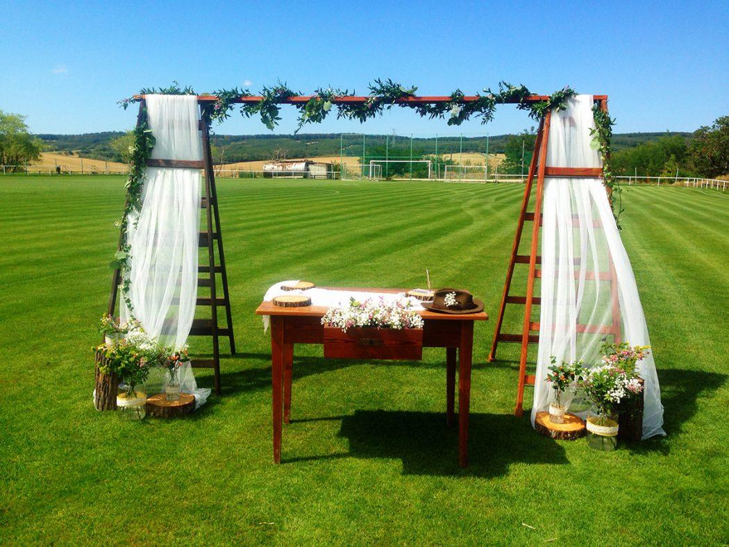Výzdoba svatebního obřadu lučními květinami. Svatební květiny Klára Uhlířová