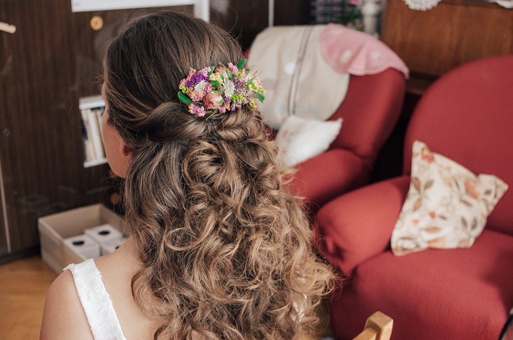 Květinový hřebínek do vlasů. Svatební květiny Klára Uhlířová